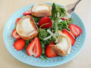 Spring salad with asparagus, strawberries and goats cheese toasts
