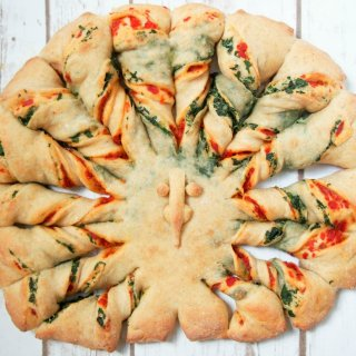 Twisted bread with peppers, spinach and parmesan