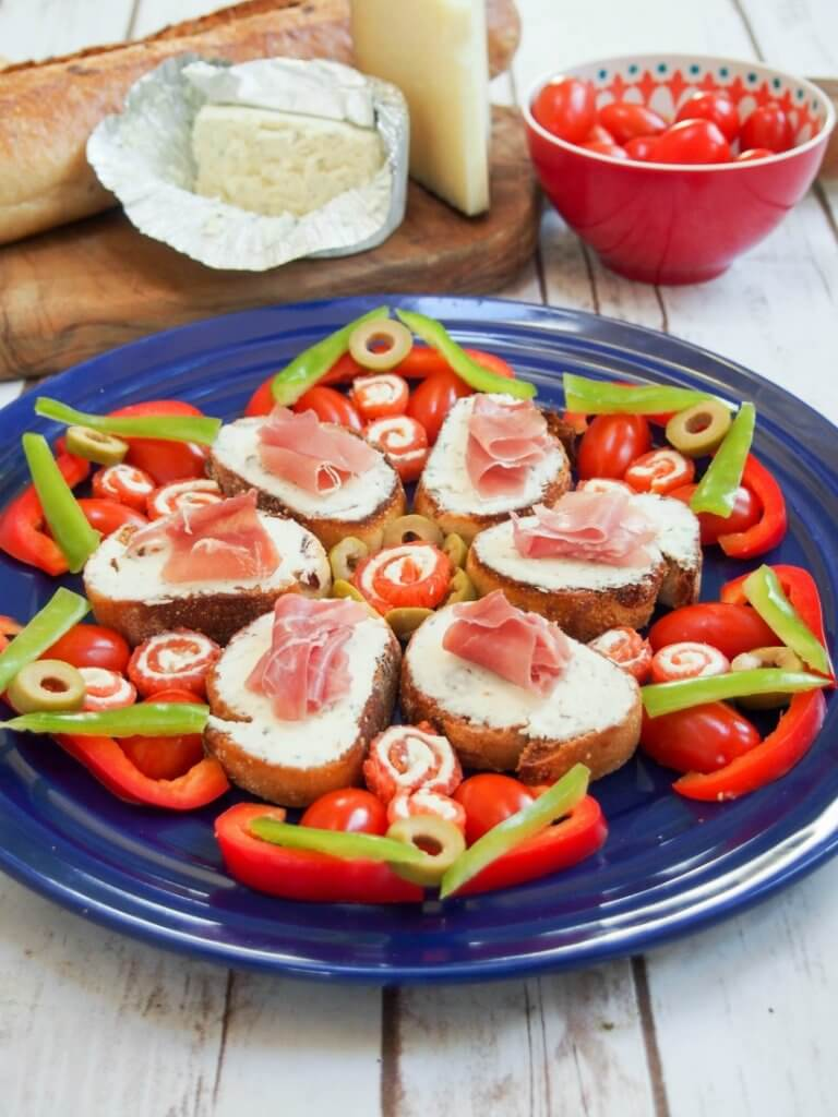 Smoked salmon pinwheels & prosciutto crostini make super simple, flavorful appetizers but can be arranged into an impressive, festive star. A perfect appetizer plate for holiday entertaining.