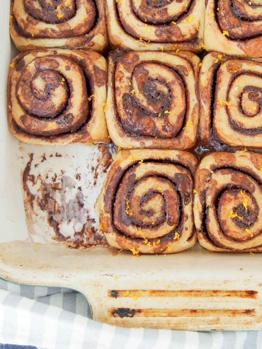 chocolate orange cinnamon rolls - Chocolate and orange are a perfect mix and these chocolate orange cinnamon rolls combine them perfectly. Soft, gently sweet and with that touch of citrus. Such a delicious snack or brunch treat (but relatively healthy too!)