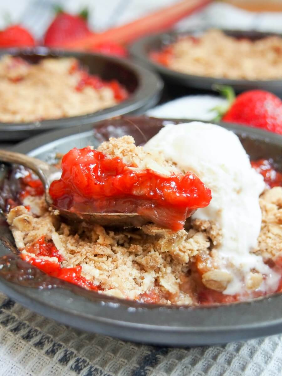 strawberry rhubarb crisp - a delicious easy dessert packed with great flavor