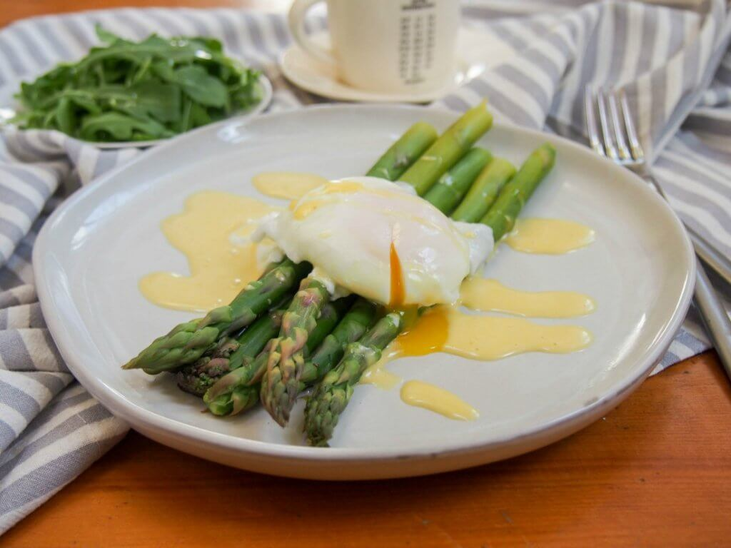 Asparagus with easy blender hollandaise sauce and poached egg on top