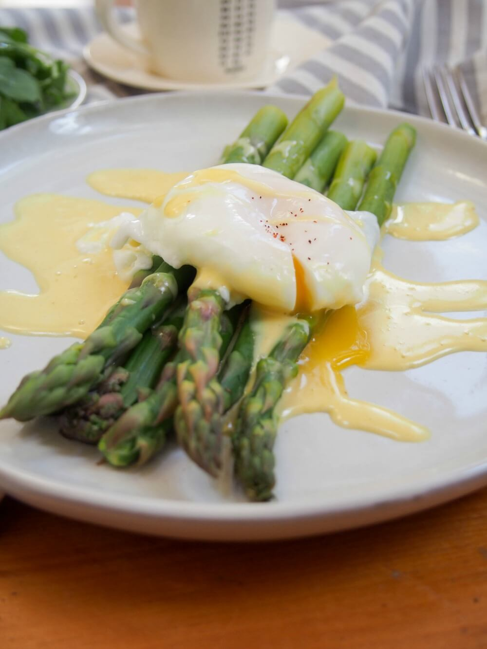Asparagus with easy blender hollandaise sauce and poached egg
