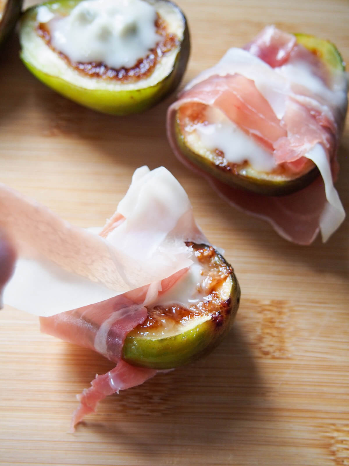 wrapping figs with prosciutto